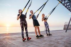 Группа людей имея тренировку Trx Стоковая Фотография RF