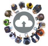 Группа людей используя приборы цифров с символом облака стоковые фотографии rf