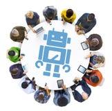 Группа людей используя приборы цифров с символом робота стоковые фото