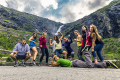 Группа людей идя вокруг Trollstigen, Норвегия Стоковые Фото