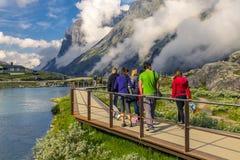 Группа людей идя вокруг Trollstigen, Норвегия Стоковое Изображение RF