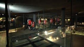 Группа людей идя через здание на ноче сток-видео