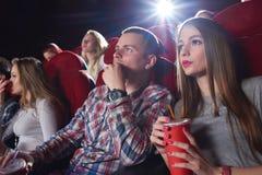 Группа людей наслаждаясь кино на кино Стоковая Фотография