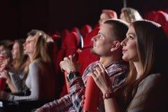 Группа людей наслаждаясь кино на кино стоковое фото