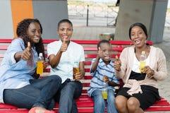 Группа людей наслаждаясь питьем Стоковое фото RF