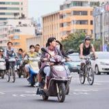 Группа людей на велосипедах и самокатах, Kunming, Китае Стоковая Фотография