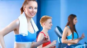 Группа людей на спортзале работая на перекрестных тренерах Стоковая Фотография RF