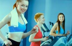 Группа людей на спортзале работая на перекрестных тренерах Стоковые Фото