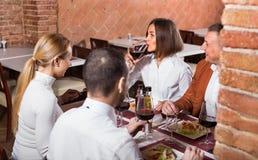 Группа людей обедая вне весело в ресторане страны стоковое фото rf