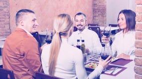 Группа людей обедая вне весело в ресторане страны стоковые изображения rf
