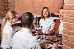 Группа людей обедая вне весело в ресторане страны стоковое изображение