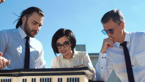 Группа людей обсуждая модель дома Стоковое фото RF