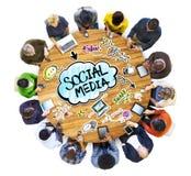 Группа людей обсуждая социальные средства массовой информации стоковая фотография rf