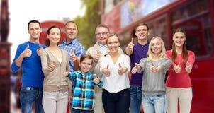 Группа людей показывая большие пальцы руки вверх над городом Лондона Стоковое Изображение