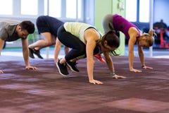 Группа людей работая в спортзале Стоковое Изображение