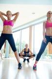 Группа людей разрабатывая в спортзале фитнеса Стоковые Изображения RF