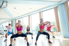 Группа людей разрабатывая в спортзале фитнеса Стоковые Фотографии RF