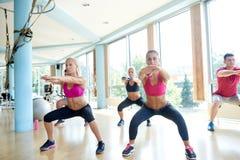 Группа людей разрабатывая в спортзале фитнеса Стоковая Фотография RF