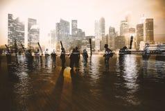 Группа людей с предпосылкой здания небоскреба дела Стоковое Фото