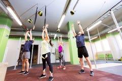 Группа людей с тренировкой шарика медицины в спортзале Стоковое Фото