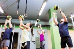 Группа людей с тренировкой шарика медицины в спортзале Стоковое фото RF