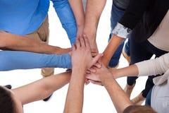 Группа людей штабелируя руки совместно стоковое фото