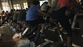 Группа людей pedaling быстро во время закручивая класса акции видеоматериалы