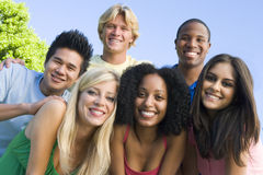 группа друзей снаружи Стоковое Изображение RF