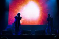 Группа UNKLE в реальном маштабе времени выполняет на сцене стоковое фото