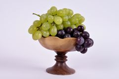 Группы виноградин различных разнообразий в деревянном шаре Стоковое Фото