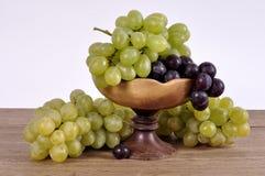 Группы виноградин различных разнообразий в деревянном шаре Стоковые Фото