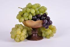 Группы виноградин различных разнообразий в деревянном шаре Стоковые Изображения RF