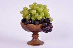 Группы виноградин различных разнообразий в деревянном шаре Стоковое фото RF