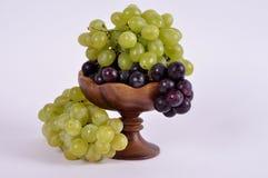 Группы виноградин различных разнообразий в деревянном шаре Стоковая Фотография RF