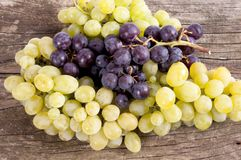 Группы виноградин различных разнообразий в деревянном шаре Стоковые Изображения