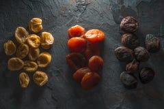 Группы в составе красочные высушенные абрикосы на сером камне Стоковая Фотография RF