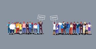 2 группы в составе предприниматели держа бизнесменов шильдика плаката протеста толпятся демонстрация положения совместно иллюстрация штока