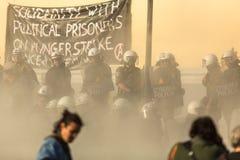 Группы члена левой партии и анархиста ища упразднение новых максимальных тюрем безопасностью, столкнутое с полицией по охране общ стоковые фотографии rf