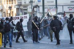 Группы члена левой партии и анархиста ища упразднение новых максимальных тюрем безопасностью, столкнутое с полицией по охране общ стоковая фотография rf