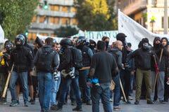 Группы члена левой партии и анархиста ища упразднение новых максимальных тюрем безопасностью, столкнутое с полицией по охране общ стоковое фото rf