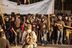 Группы члена левой партии и анархиста ища упразднение новых максимальных тюрем безопасностью, столкнутое с полицией по охране общ стоковое изображение rf