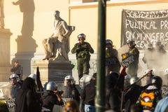 Группы члена левой партии и анархиста ища упразднение новых максимальных тюрем безопасностью, столкнутое с полицией по охране общ стоковое фото