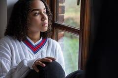 Грустная женщина подростка смешанной гонки Biracial Афро-американская стоковое изображение rf