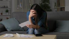 Грустная женщина проверяя получения банка в ночи сток-видео