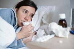 Грустная женщина чувствующ холодная грипп в кровати стоковое изображение rf