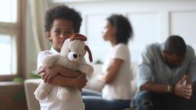 Грустная игрушка удерживания мальчика смотря камеру, развод и детей сток-видео