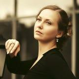 Грустная красивая женщина моды в черной блузке идя на улицу города стоковое фото rf