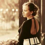 Грустная красивая женщина моды с положением волос updo плюшки на крылечке стоковые изображения