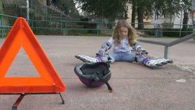 Милая маленькая девочка на спортивной площадке видеоматериал