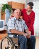 Грустные пары женщины и человека с инвалидностью стоковые изображения